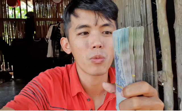 """Từng là YouTuber """"nghèo nhất"""" Việt Nam, Sang Vlog bất ngờ hé lộ doanh thu tiền tỷ sau 2 năm, mỗi tháng kiếm tối thiểu 60 triệu"""