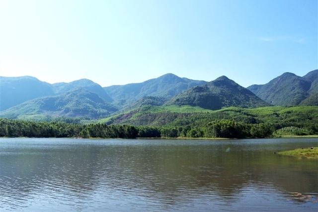"""""""Trốn"""" dịch, tìm về thiên nhiên bình yên ở cánh đồng sen lớn nhất xứ Quảng"""