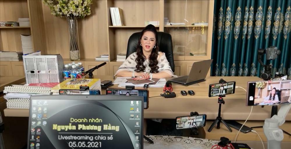 Vì sao vợ ông Dũng 'Lò Vôi' tốn thời gian livestream, chỉ mặt nhiều nghệ sĩ?