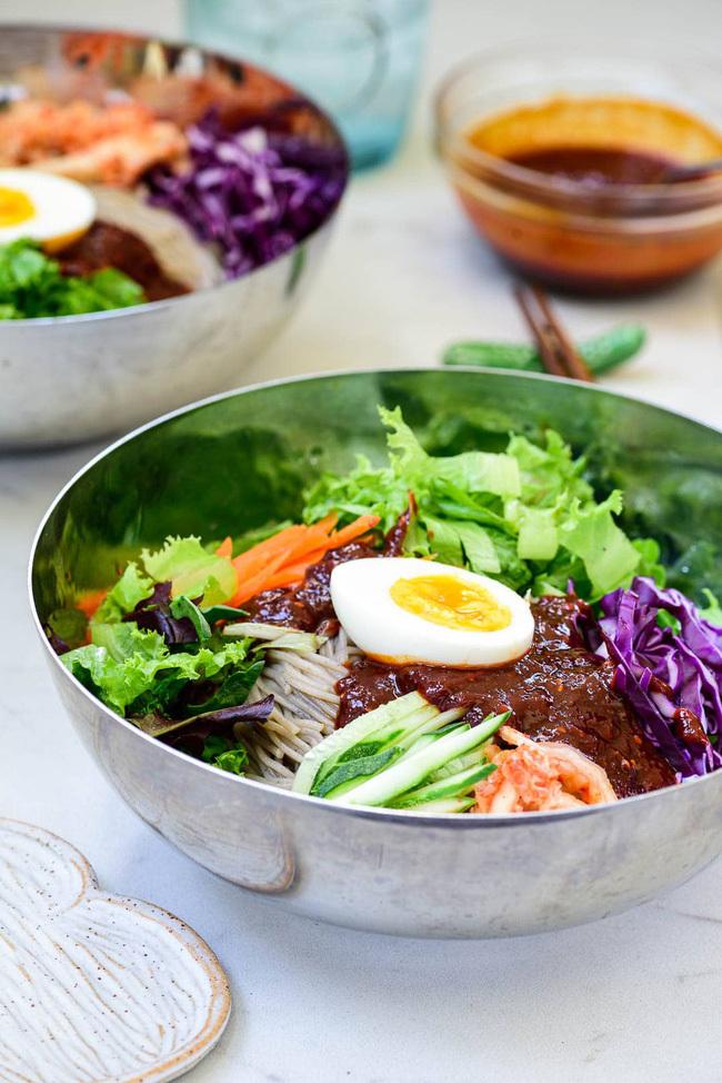 Mùa hè thì phải học ngay cách làm mì trộn lạnh chuẩn vị Hàn Quốc để ăn cho mát thôi!