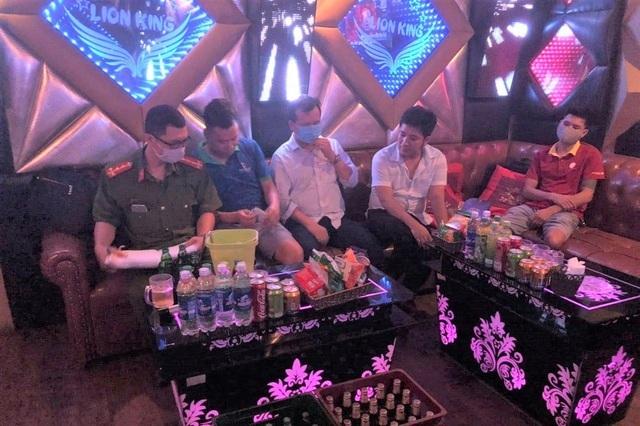 Quán karaoke mở cửa cho khách say sưa hát hò giữa mùa dịch
