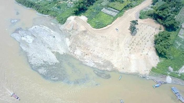 Xử lý nhà thầu thi công công trình thoát lũ đổ đất lấn sông Hồng