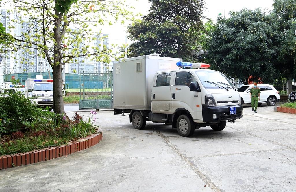 Áp giải 15 bị cáo trong đường dây buôn lậu Nhật Cường tới tòa