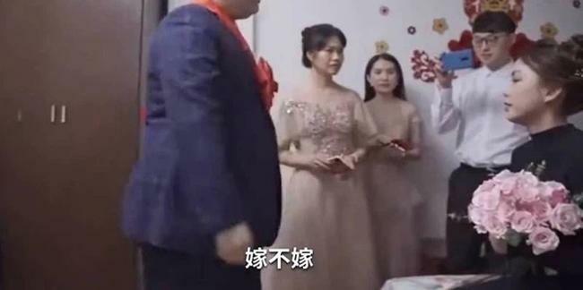 Vào phòng đón dâu, chú rể mặt mày hầm hầm xé luôn bản lời thề hôn nhân trước mặt quan khách