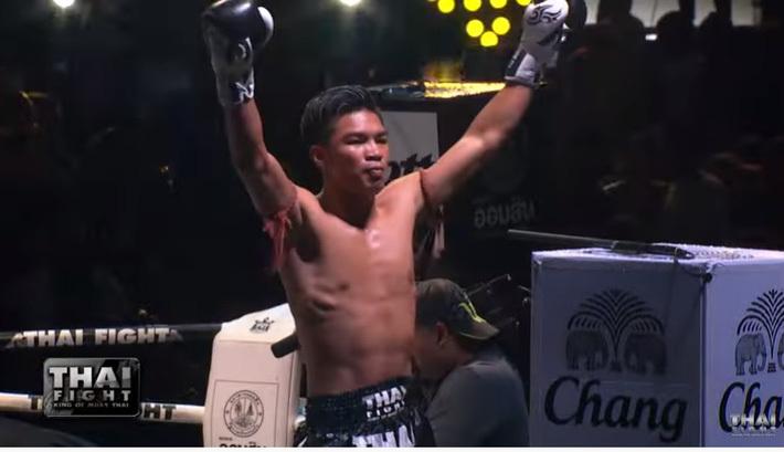 Cao thủ Thái Lan tung cú phang chỏ tàn bạo làm đối thủ rách trán, gục sau nửa phút