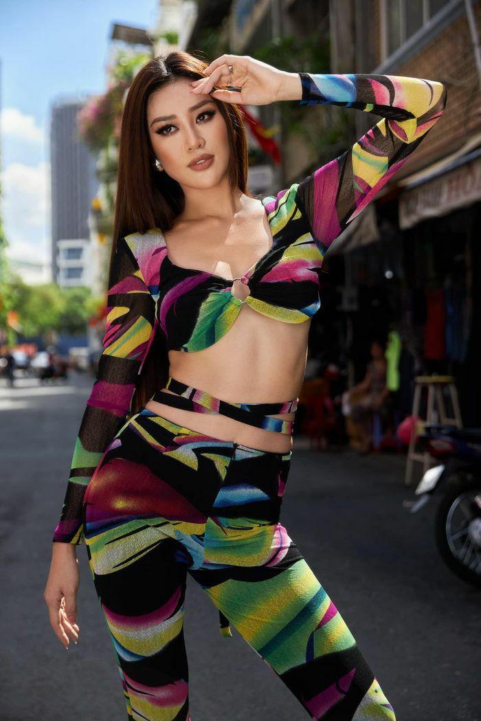 Hoa hậu Khánh Vân khoe vòng eo nổi múi với loạt trang phục xẻ bạo
