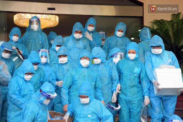 """Ảnh: Vừa đặt chân đến Bắc Giang, đoàn 200 y bác sĩ Quảng Ninh đã bắt tay chiến đấu với """"giặc Covid-19"""""""