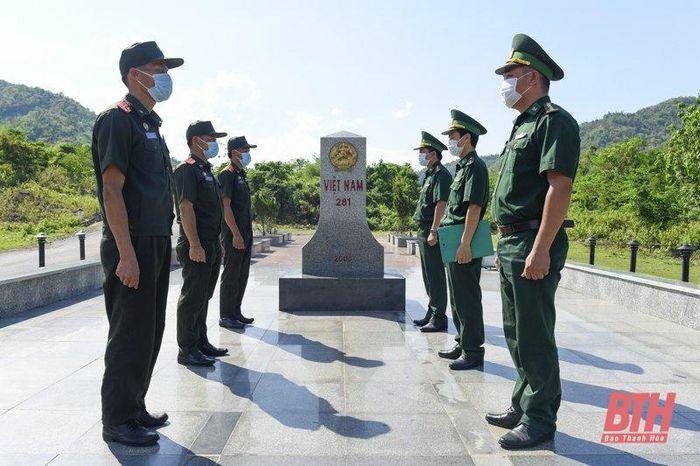 Trao tặng 3.000 khẩu trang y tế, nước sát khuẩn và nhu yếu phẩm cho lực lượng vũ trang huyện Sốp Bâu, Lào