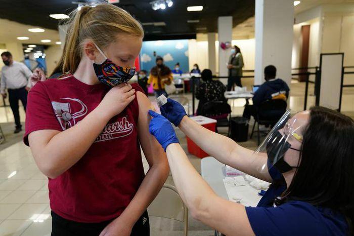 Thiếu niên Mỹ háo hức đi tiêm phòng COVID-19 sau khi FDA phê duyệt vaccine