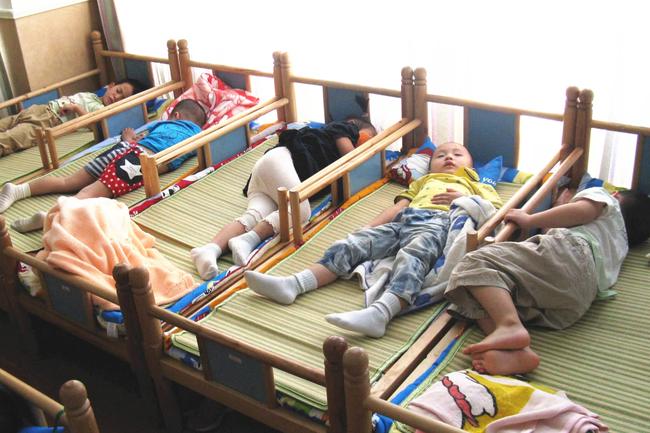 Cô giáo đăng bức ảnh học sinh ngủ trưa vào nhóm chung, huyết áp phụ huynh tăng vọt, ngay lập tức lên trường đòi giải thích