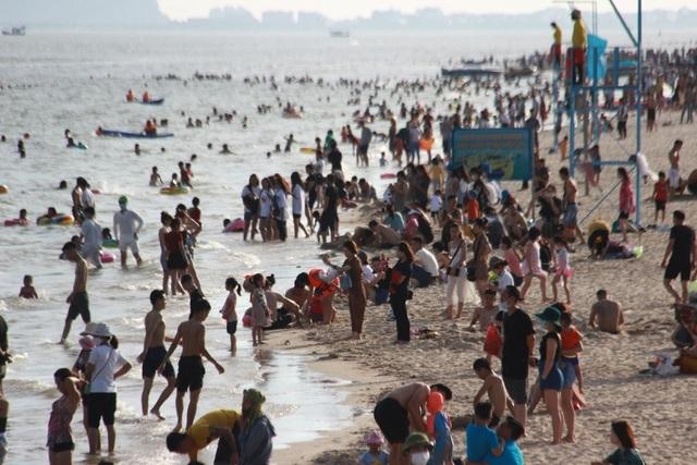 Bãi biển đông nghịt người, Quảng Ninh vội ra văn bản chấn chỉnh