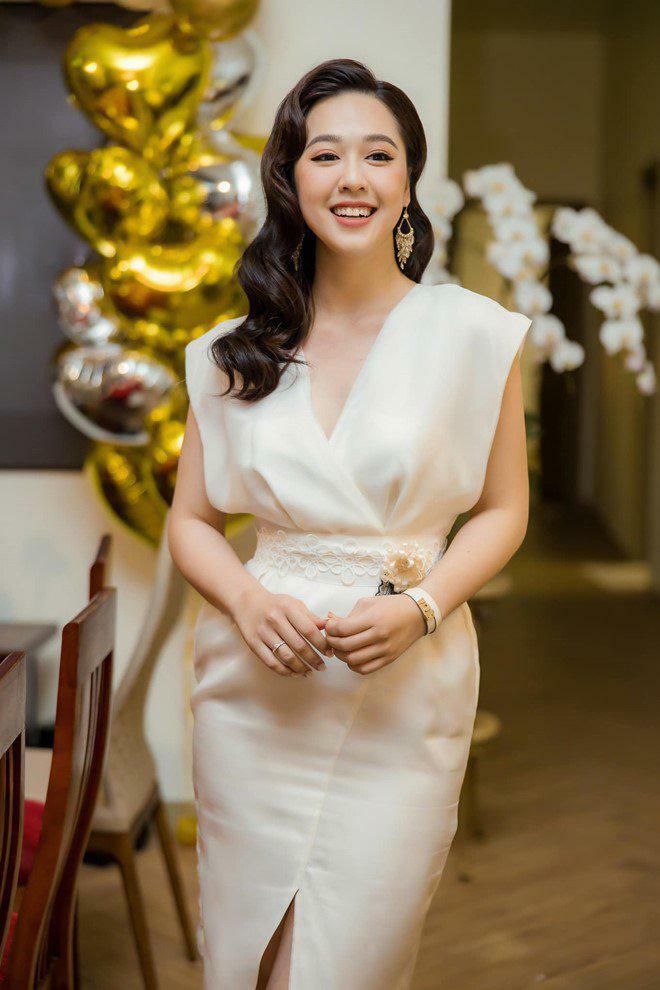 MC xinh như hoa tổn thương vì câu: Sao mấy đứa thi Hoa hậu cứ muốn vào VTV làm thế?