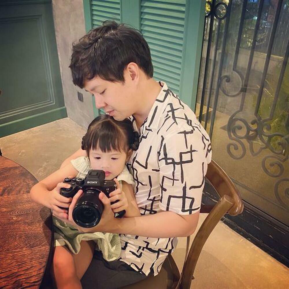 """Con gái mới 3 tuổi, ông xã Đặng Thu Thảo đã quyết định """"truyền nghề"""" cho con"""