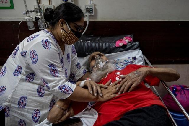 Ấn Độ có ngày chết chóc kỷ lục, Anh cứu trợ thêm 1.000 máy thở