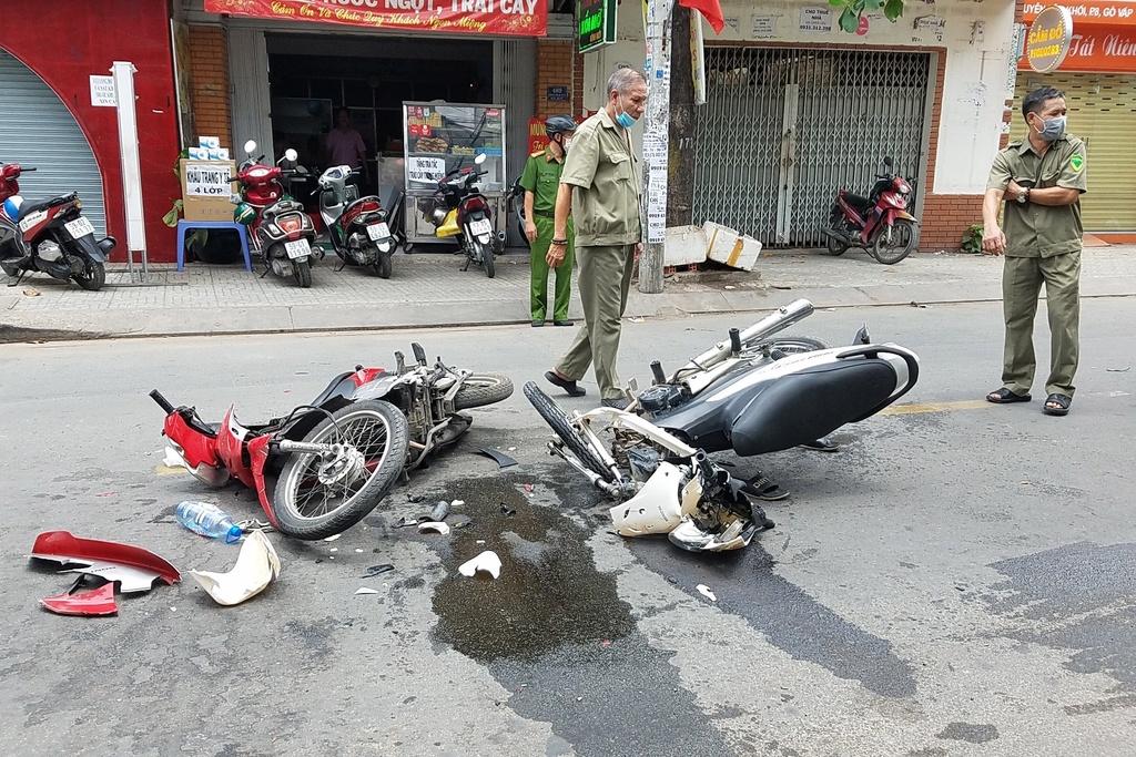 Xe máy gãy gập sau tai nạn ở TP.HCM, khách nước ngoài nguy kịch