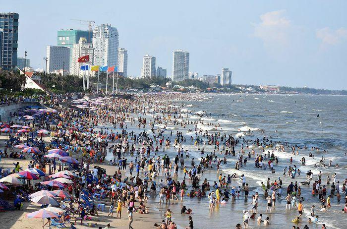 Những bãi biển đông nghịt khách giữa dịch Covid-19
