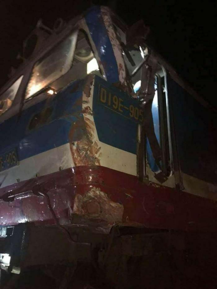 Xe container mất lái lao lên đường ray bị tàu hỏa đâm biến dạng ở Nam Định