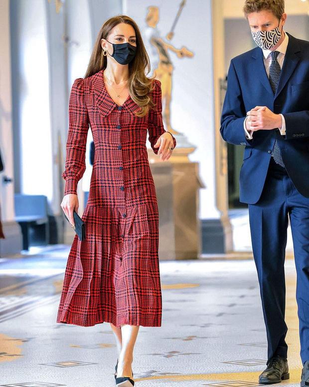 Công nương Kate Middleton cũng có ngày bị chê mặc xấu hơn mẫu hãng, nguyên nhân bởi một món phụ kiện