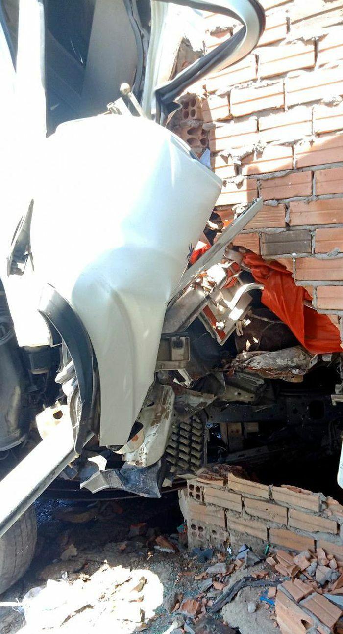 Xe tải lao vào nhà dân, may mắn không có thương vong