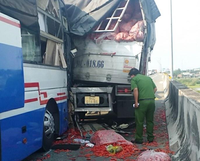 Đứng ở làn dừng khẩn cấp trên cao tốc, tài xế bị xe khách tông tử vong