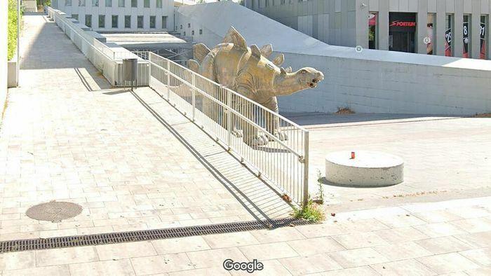 Kinh hãi phát hiện thi thể người trong tượng khủng long