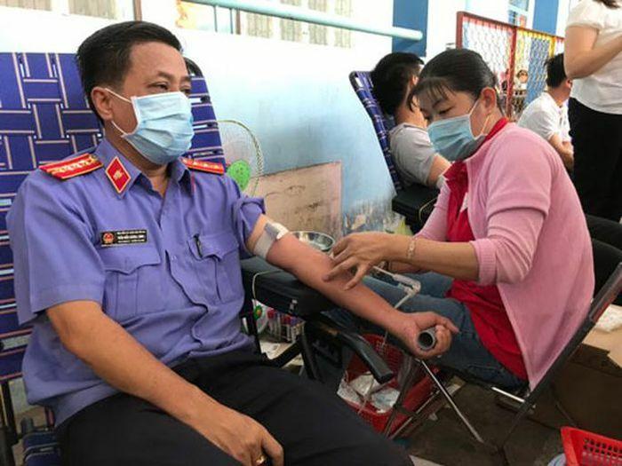 215 CNVC-LĐ hiến máu tình nguyện