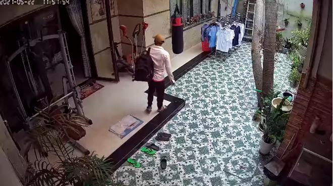 Trộm lẻn vào nhà, vái lạy trước bàn thờ thổ địa rồi lục lọi các phòng suốt 2 tiếng, trước khi đi còn kịp tắm rửa