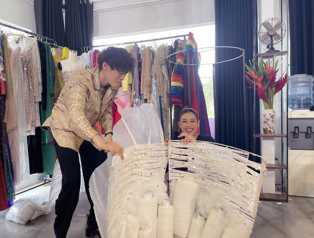 Chủ nhân National Costume Kén Em: Khánh Vân thể hiện tốt bộ đồ sẽ đẹp, không cần giống 100% bản vẽ - ảnh 1