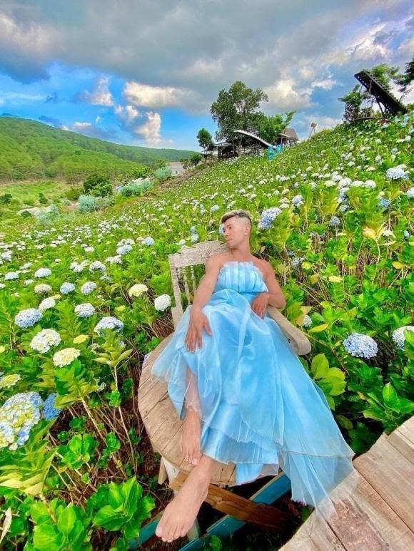 """Lương Bằng Quang mặc váy ưỡn ẹo giữa vườn hoa, netizen """"quỳ lạy"""" xin tha cho Đà Lạt"""