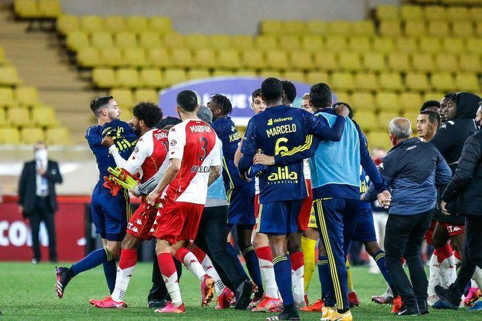 Cầu thủ đánh nhau, mưa thẻ đỏ xuất hiện ở trận Monaco 2-3 Lyon