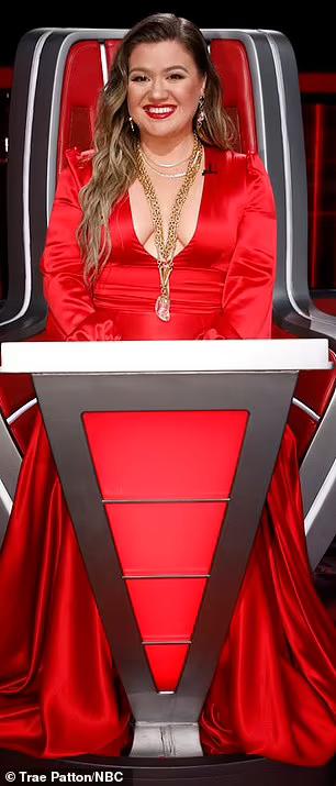 Kelly Clarkson diện váy khoét sâu trên thảm đỏ