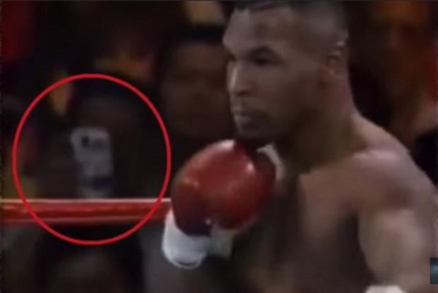 """Trận đấu của Mike Tyson bất ngờ bị """"đào lại"""" sau 25 năm, sự chú ý đổ dồn vào vật giống hệt smartphone trên tay một khán giả"""