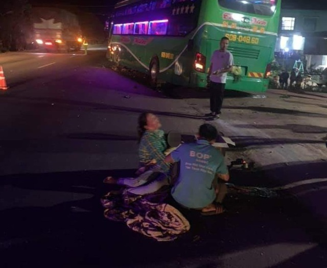 Người thân gào khóc bên thi thể bé trai 12 tuổi tử nạn trên đường