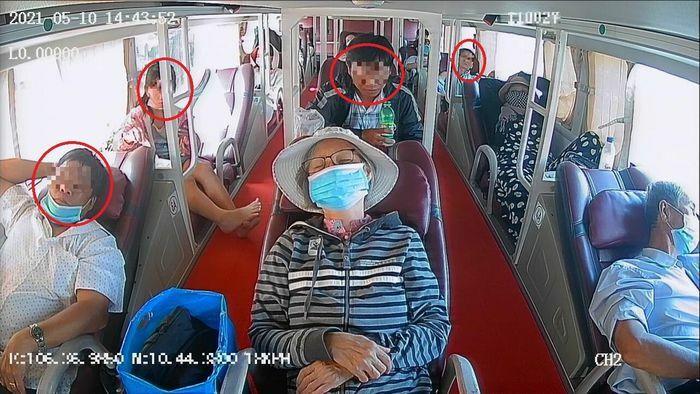 Camera phát hiện hàng loạt người không đeo khẩu trang chen chúc trên xe khách
