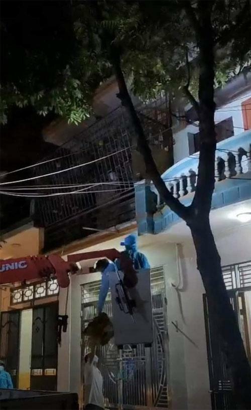 Bắc Giang: Điều cả xe cẩu tới cưỡng chế F1 cố thủ trên tầng 3 đi cách ly