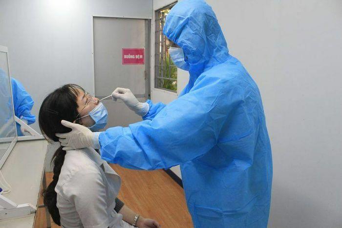 16 người cùng chuyến bay với nữ nhân viên massage mắc COVID-19 có kết quả âm tính