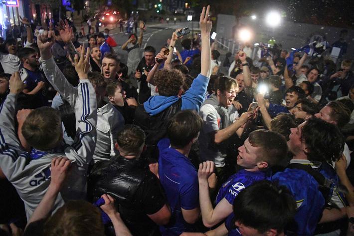 """Fan Chelsea ăn mừng cuồng nhiệt, """"quên"""" luôn quy tắc chống Covid-19"""