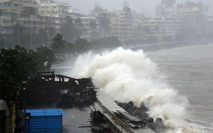 Bão Tauktae làm 61 người thiệt mạng ở Ấn Độ, nhiều sà lan bị chìm