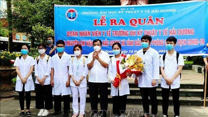 Khen thưởng 398 cán bộ y tế và sinh viên tiên phong trong phòng. chống dịch tại Bắc Ninh và Bắc Giang