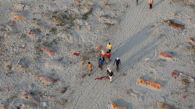 Mưa lớn làm lộ hàng trăm thi thể chôn sơ sài bên bờ sông ở Ấn Độ