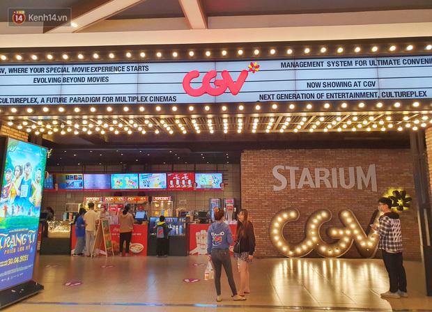 Chùm ảnh: Các rạp phim tại TP.HCM đông đúc trước giờ đóng cửa, nhiều bạn trẻ tranh thủ đi xem cho kịp giờ