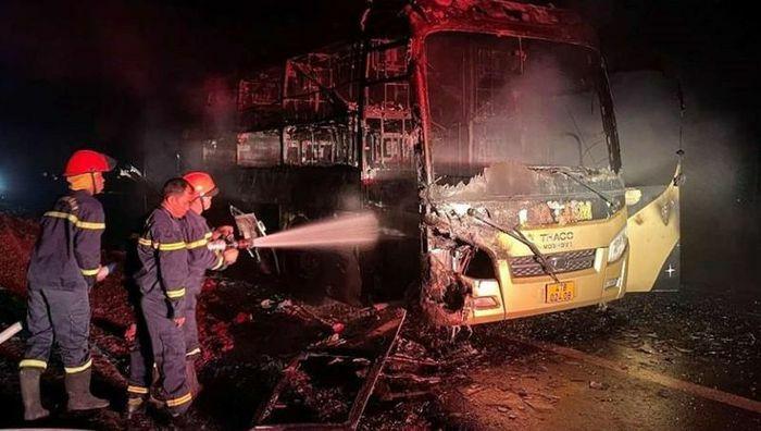 Ô tô chở khách cháy dữ dội khi lưu thông trong đêm