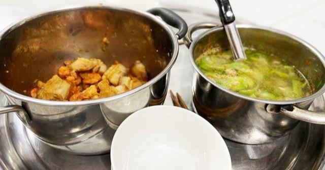"""Vợ dọn mâm cơm đựng thức ăn bằng nồi: Đừng quên câu """"học ăn, học nói…"""""""