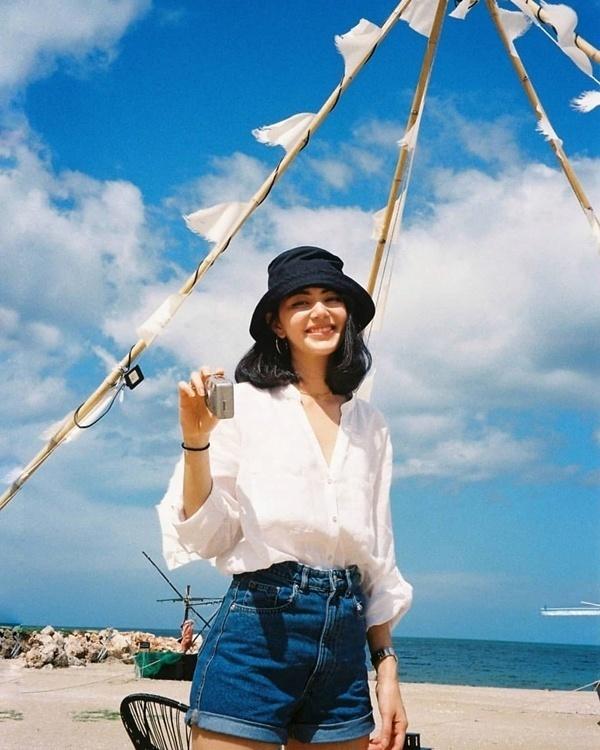 Học lỏm loạt tips mix đồ đi biển vừa đơn giản lại trendy của 'ma nữ' đẹp nhất Thái Lan - ảnh 1