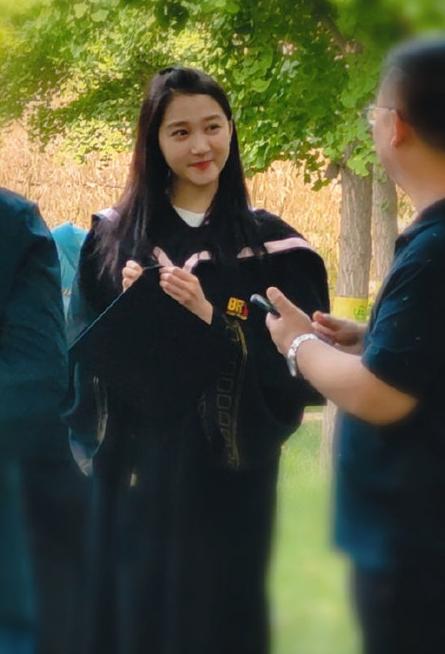 Quan Hiểu Đồng diện trang phục cử nhân xuất hiện trong buổi chụp ảnh tốt nghiệp, nhan sắc thật gây chú ý