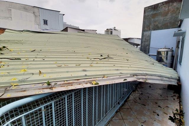 TPHCM: Giông lốc cuốn phăng mái tôn hàng loạt căn nhà
