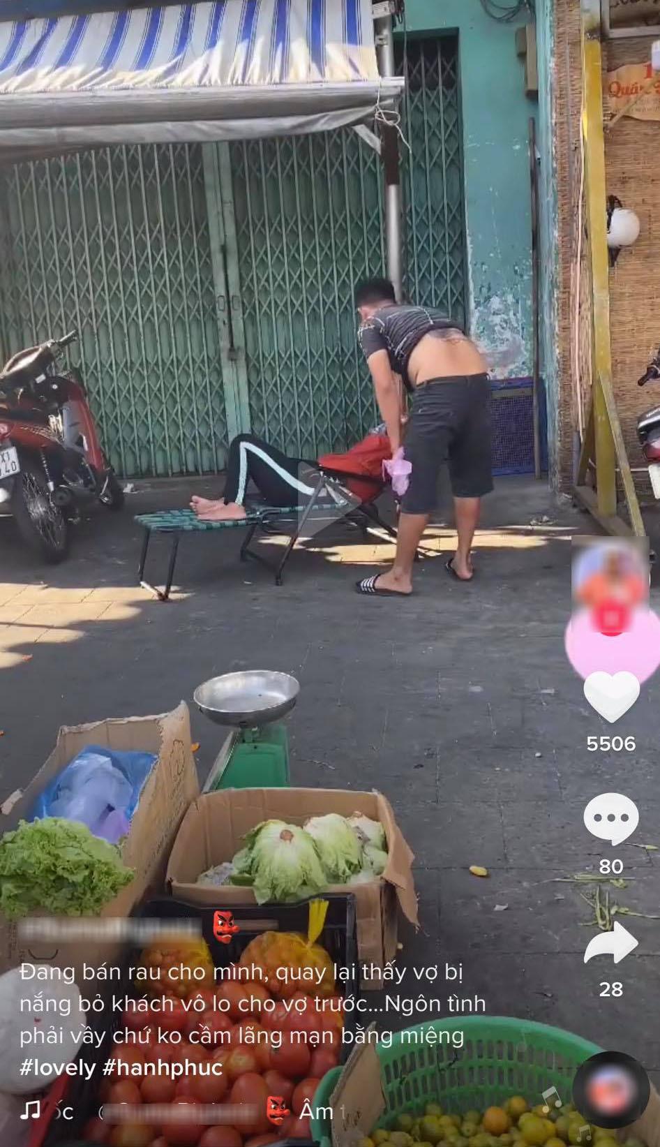 Thấy vợ ngủ bị nắng, chồng đang bán hàng vẫn chạy lại kéo vào chỗ râm - ảnh 1