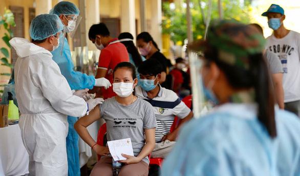 Campuchia ghi nhận gần 1.000 ca COVID-19; Lào gia hạn phong tỏa