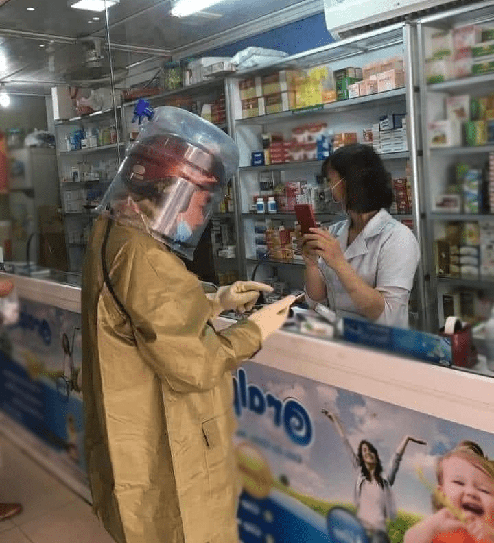 Người đàn ông chống dịch phong cách ninja, lấy cả vỏ thùng nước làm mũ