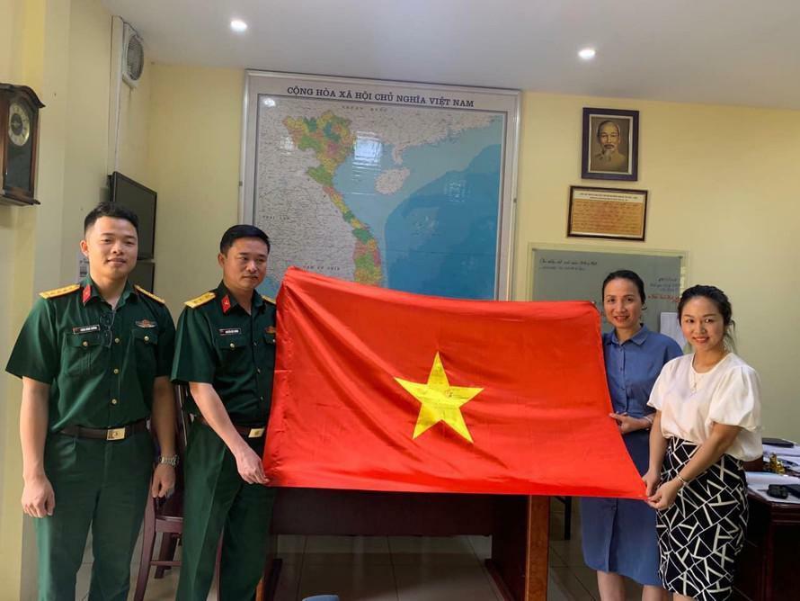 Trường THCS Nguyễn Công Trứ được tặng cờ Tổ quốc từ Quần đảo Trường Sa